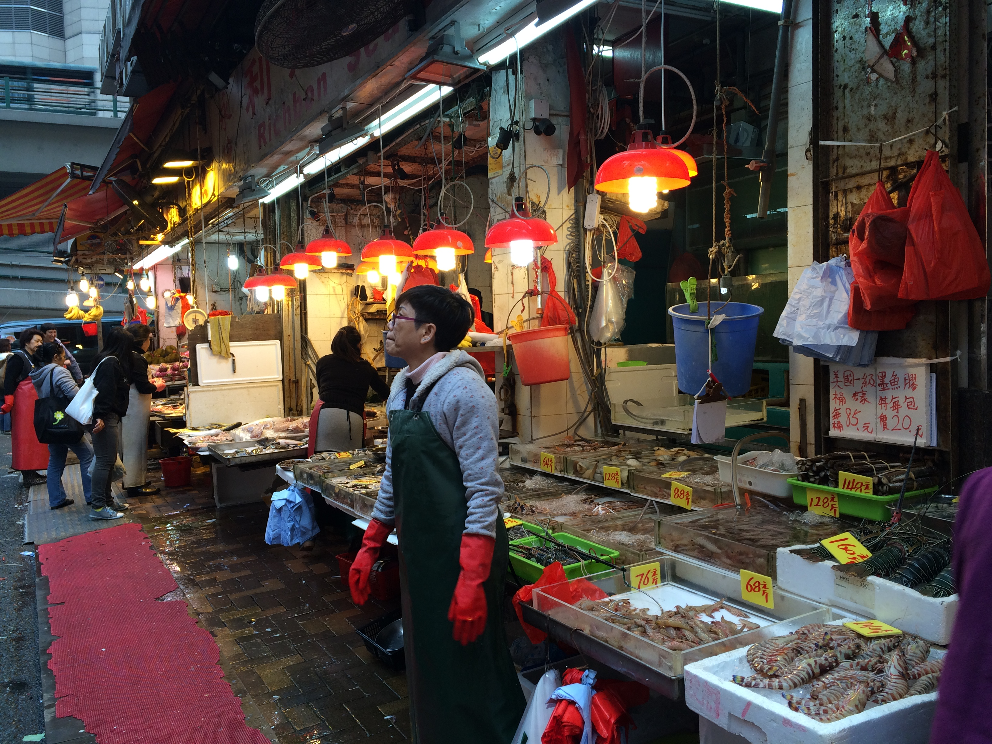 hong kong chocolate market Outlets or factory outlet stores in hong kong provide it is still an adventure or as forrest gump would put it: it's like a box of chocolate due to the fact that the stores sell off-season collections and/or sizes and color which have been hard to sell in the hong kong market.