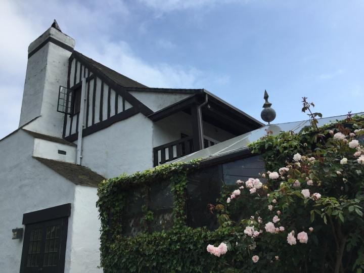 Pelican-Inn-roses