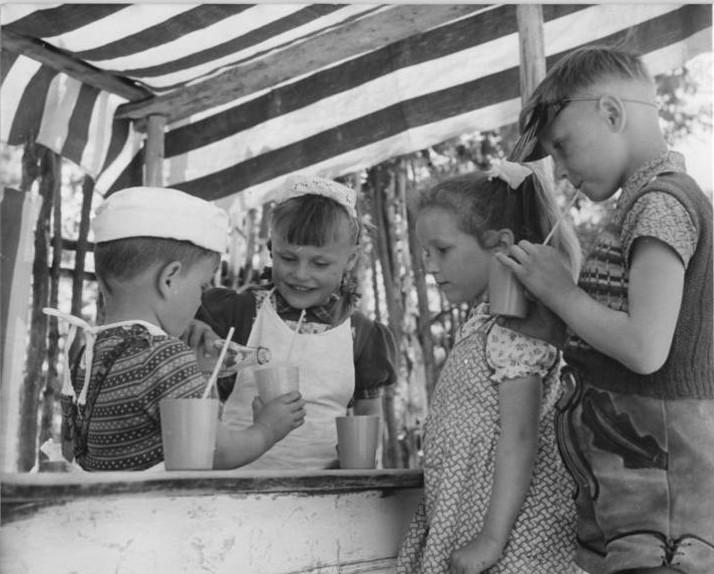 798px-Bundesarchiv_Bild_183-94511-0006,_Steinhausen,_Kindergartenkinder_im_Spiel